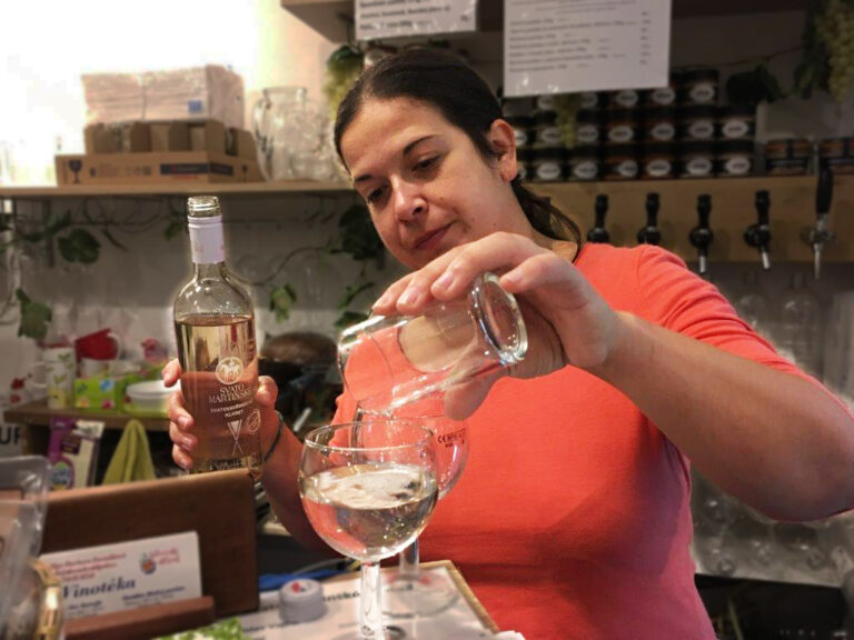 Majitelka nalévá víno